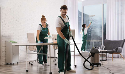 Ekipa sprzątająca podczas pracy nad czystością biura