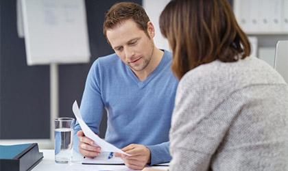 Kobieta i mężczyzna rozmawiający w biurze