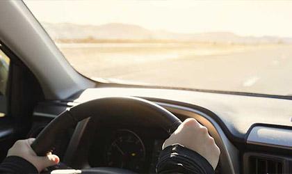 Widok drogi przez przednią szybę jadącego samochodu