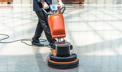 Maszyna sprzątająca podłogi podczas pracy