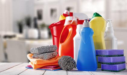 Podstawowe środki czystości wyłożone na stole